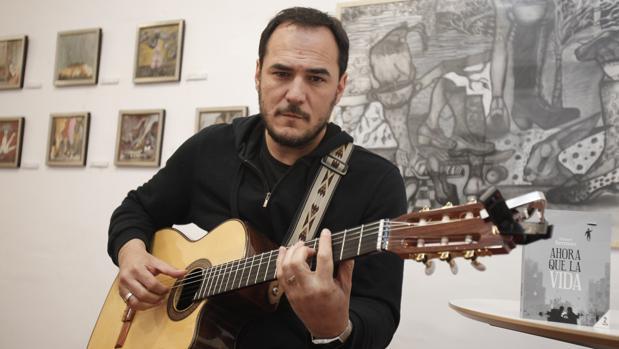 Ismael Serrano con una guitarra