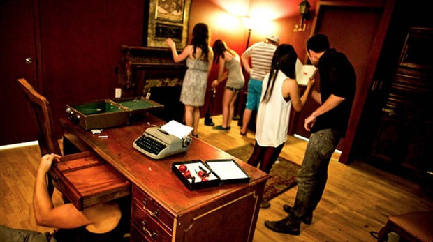 Gente jugando en un escape room de Madrid