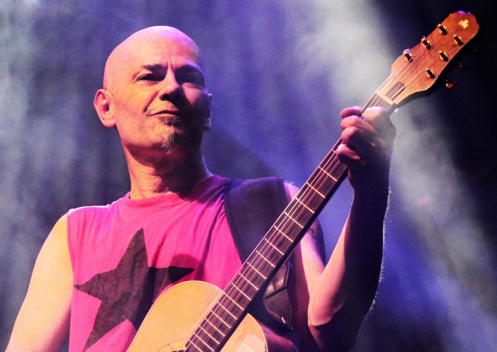 Jesús Cifuentes tocando la guitarra en directo