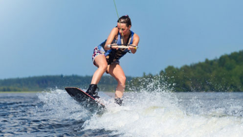 chica haciendo wakeboard