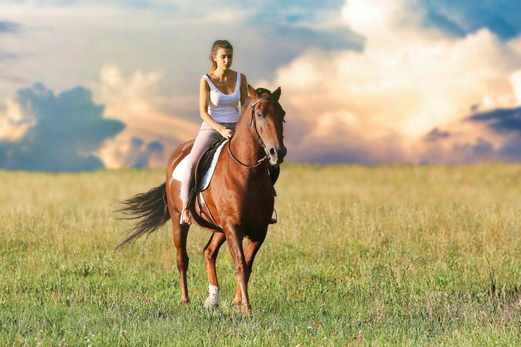 foto chica montando a caballo