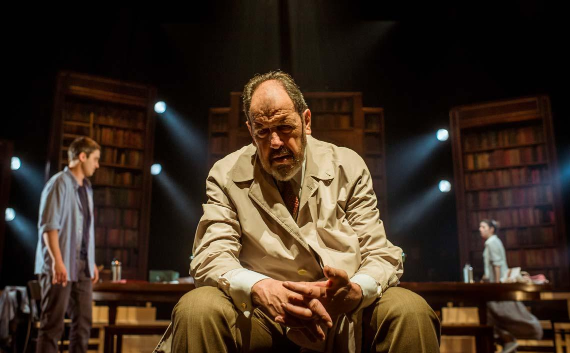 Actor en una escena de la obra Viejo amigo Cicerón