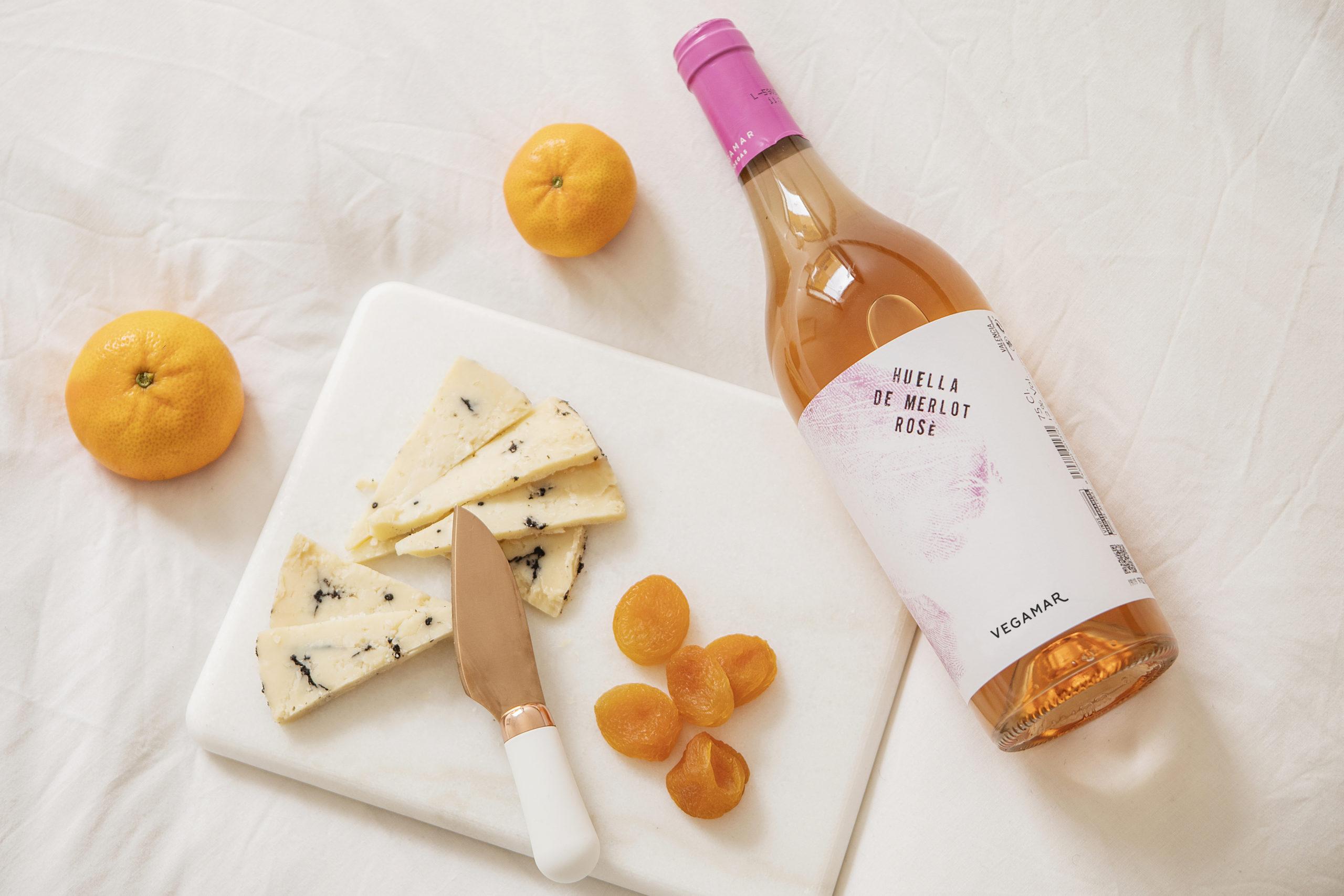 Botella de vino, queso y orejones Vegamar